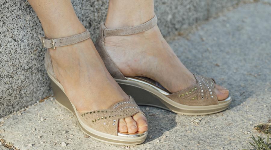 combinar sandalias de mujer